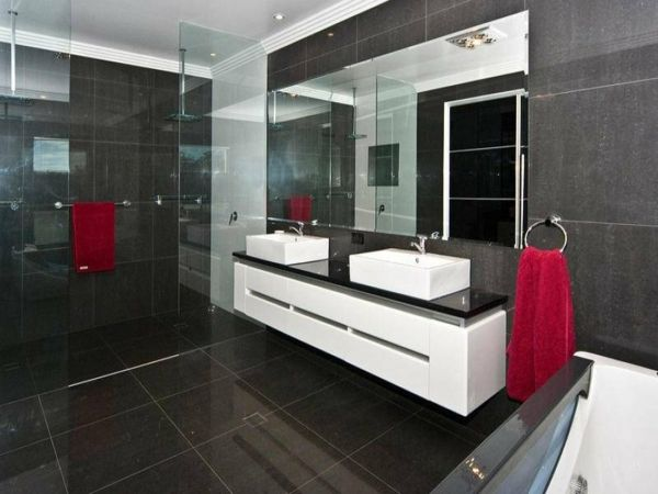 badezimmer zwei waschbecken rote tücher großes spiegel graue fliesen ...