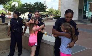 Girls' lemonade stand raises $10K for families of fallen Dallas police officers : UpliftingNews