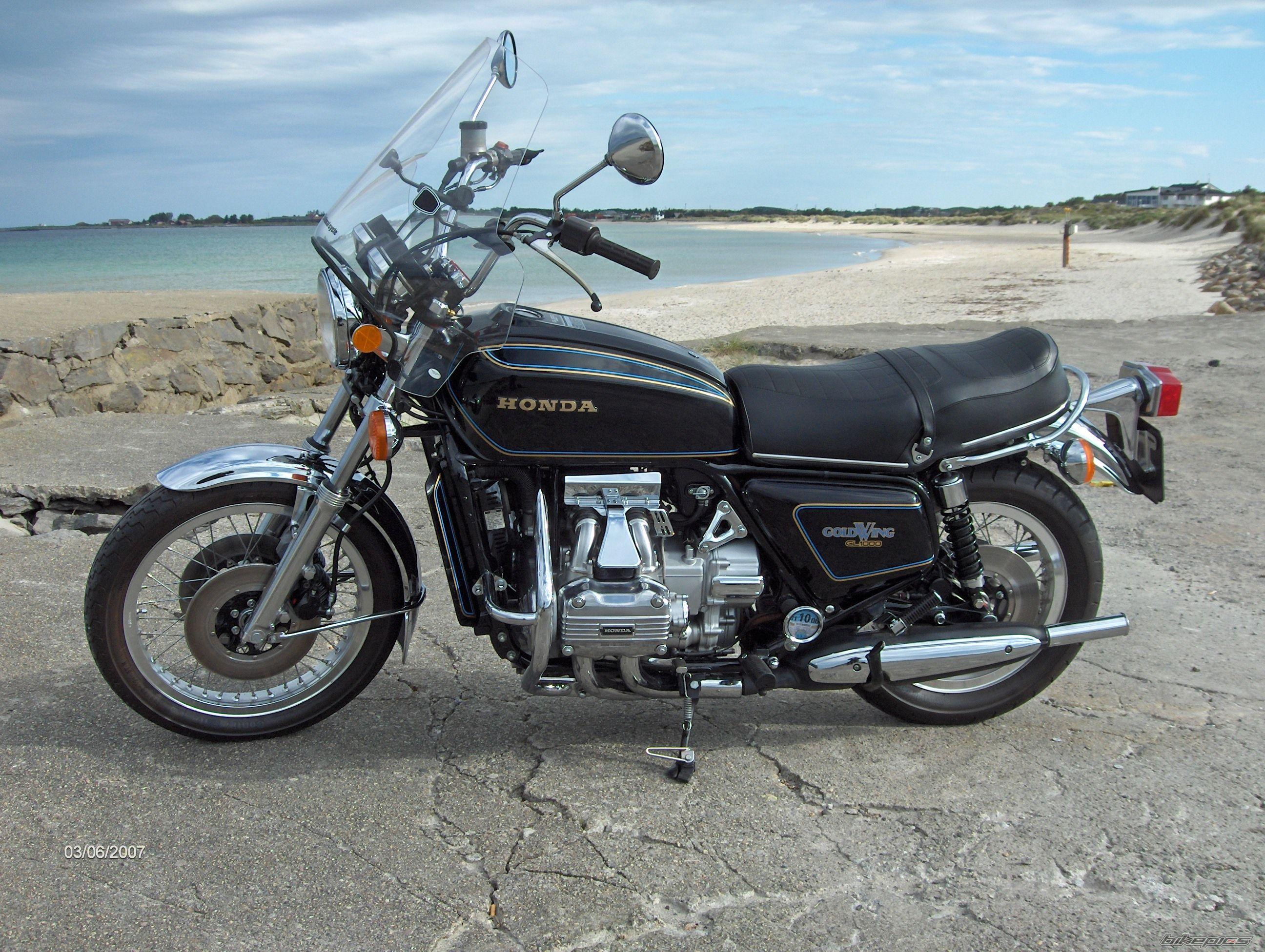 1977 Honda Gold Wing GL1000 with carburetor / spark plug