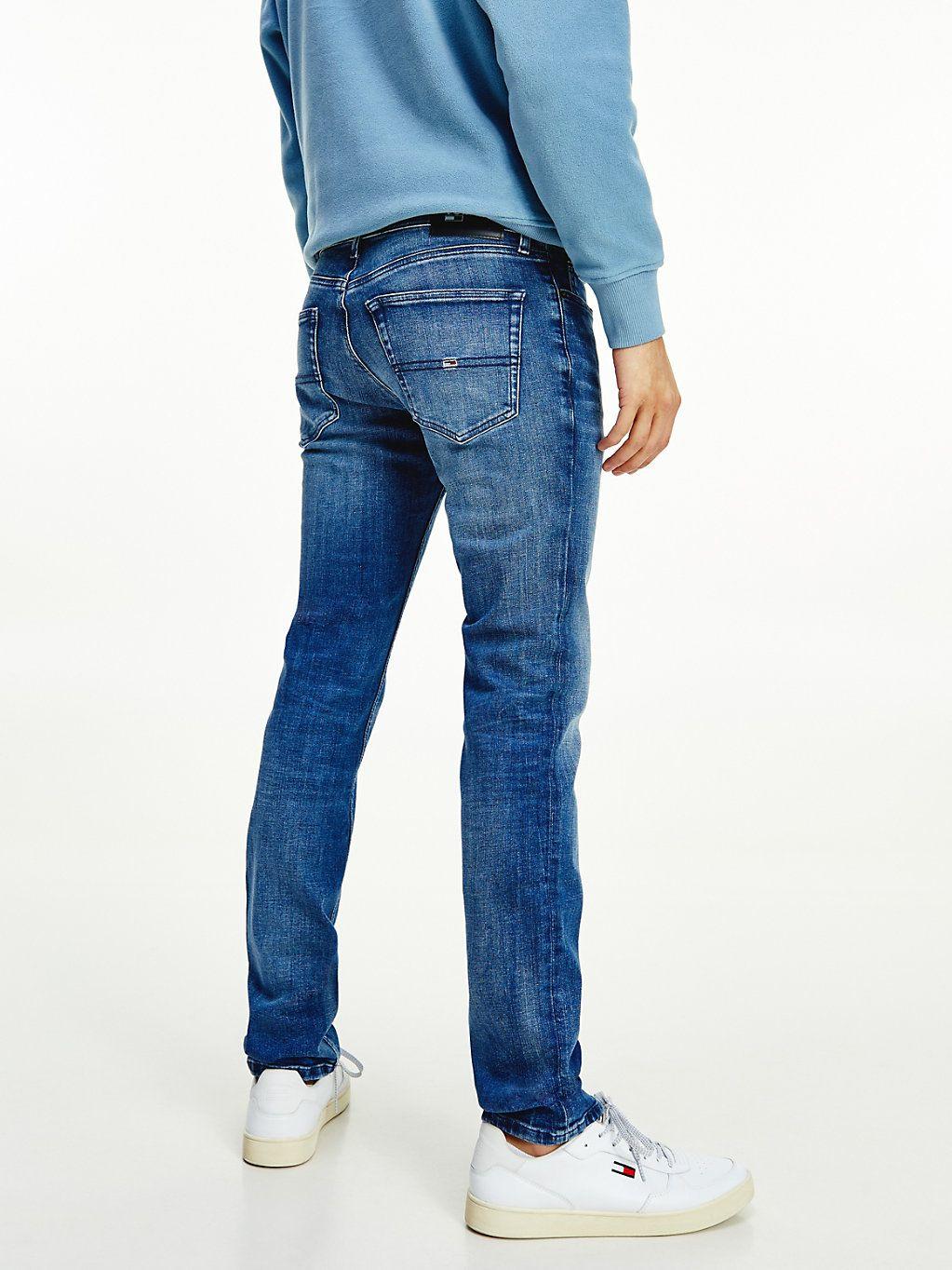 Ein dezenter Fade-Effekt lässt diese aktuelle Slim Fit Stretch-Jeans mit Vintage-Charme glänzen.  Produktdetails  • Baumwoll-Denim mit Stretch • Fade-Effekte an Beinen • Reißverschluss mit Knopf • 5-Pocket-Style • Tommy Jeans-Branding • Tommy Jeans Flag-Patch auf Münztasche  Passform und Schnitt  • Slim Fit • Das Model ist 1,86 m groß und trägt Größe 32/34  Material und Pflege  • 95 % Baumwolle, 3 % Elastomultiester, 2 % Elasthan