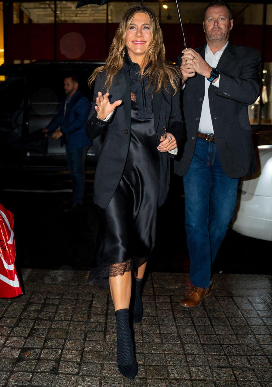 Jennifer Aniston zeigt, wie man Slipdresses im Winter zum