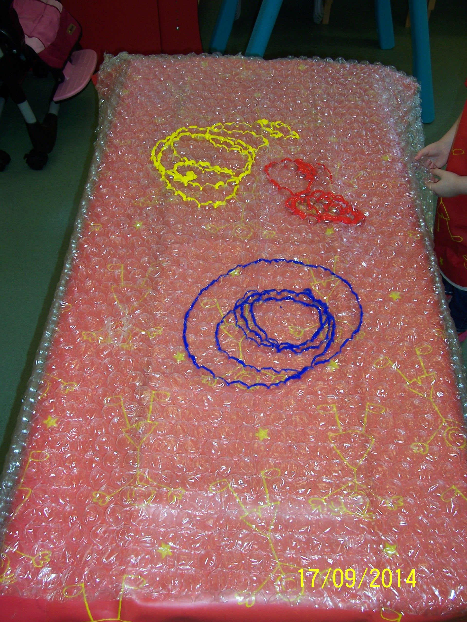 The children enjoyed this sensory colour mixing activity, we expored what hapened when we mixed the colours together and talked about how the paint and bubble wrap felt when they rubbed their hands over it