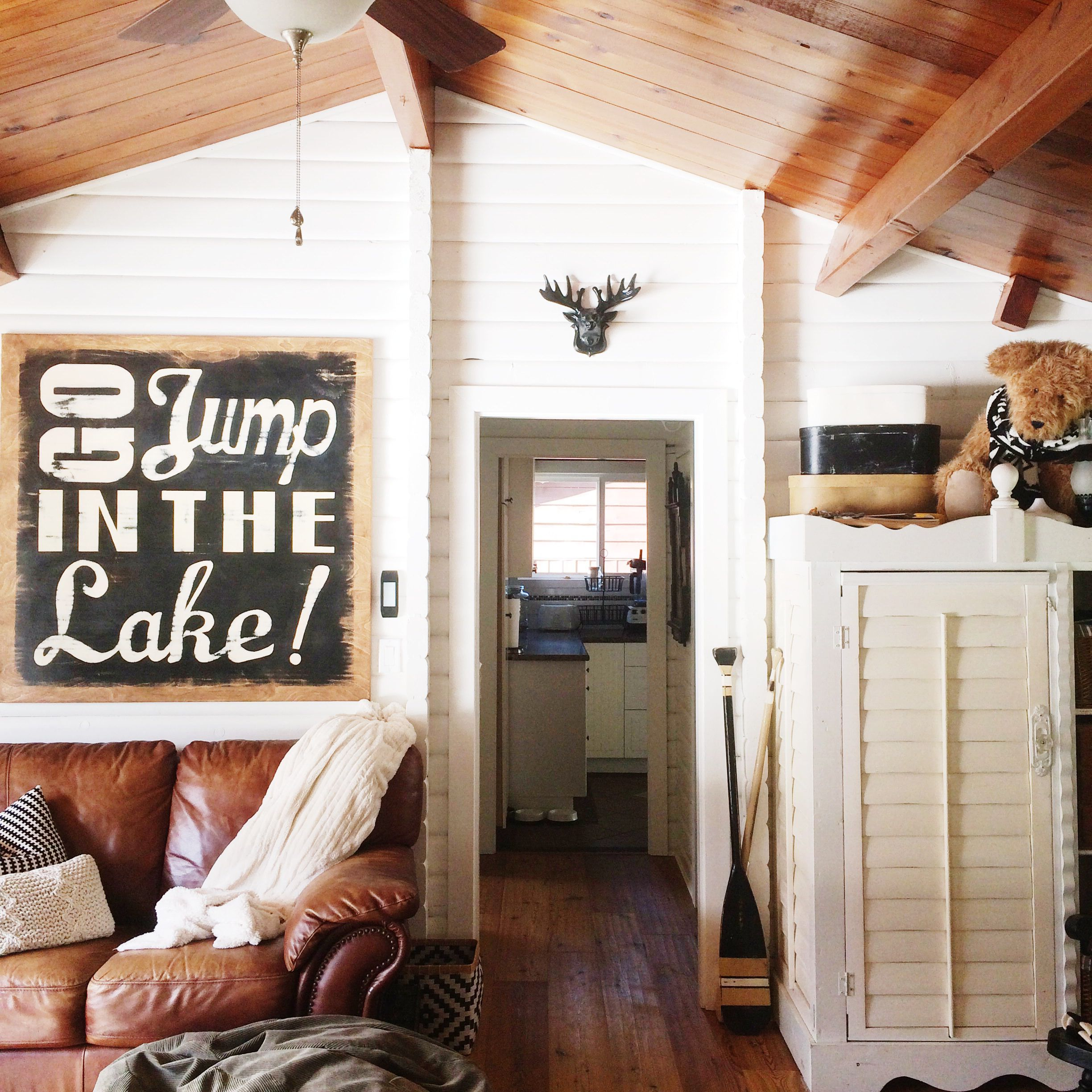 cozy cottage lake cabin interiors on lake cottage interior paint colors id=20799
