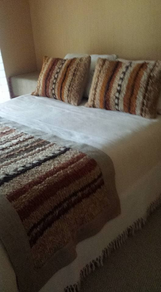 Piecera y cojines tejidos a crochet con lana rustica lana chilota y aplicaciones de - Cojines de lana ...