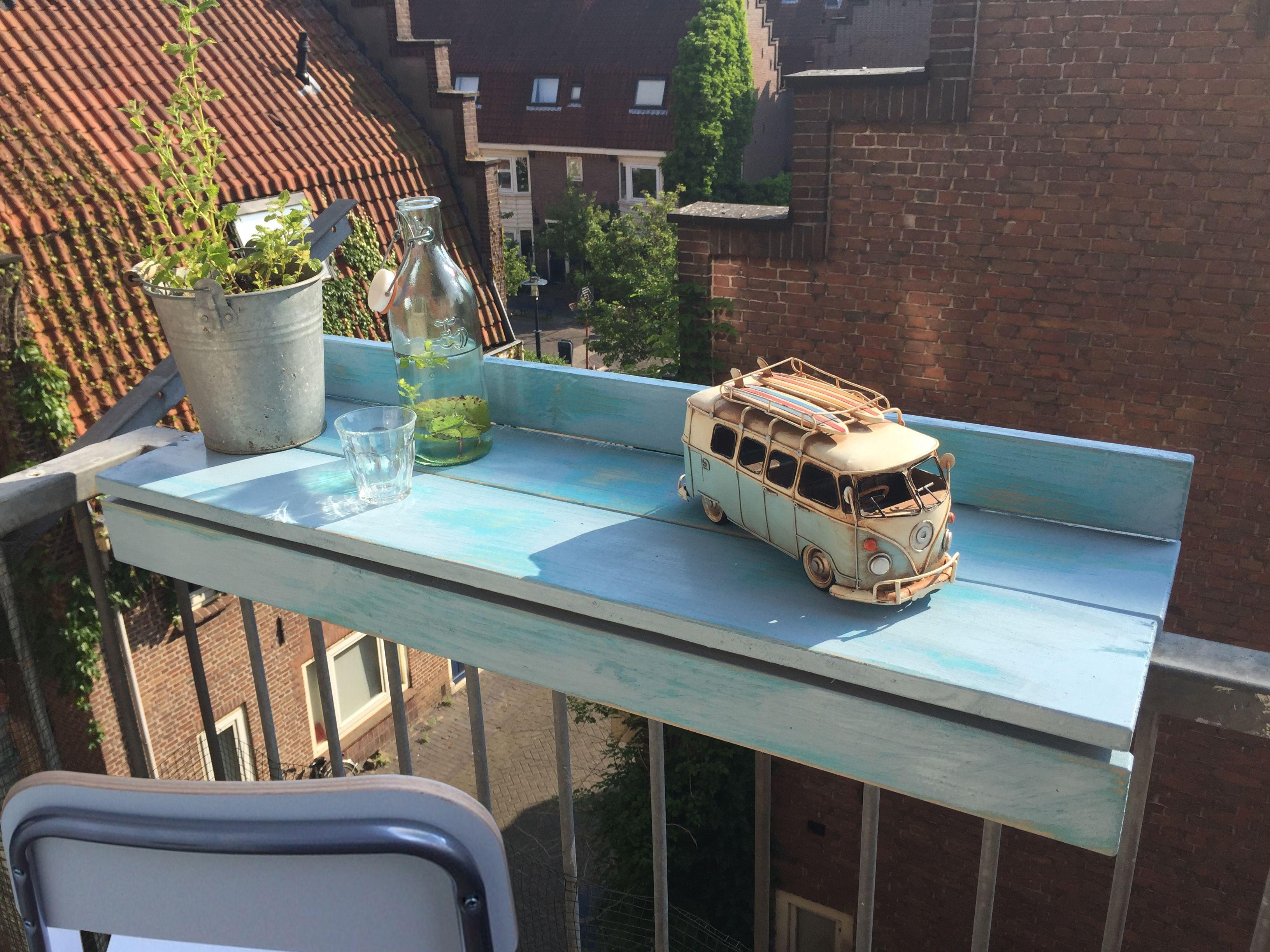 Schilder of beits de balkonbar in elke gewenste kleur, voor een ...