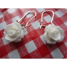 Crème Fraise | oorbellen Hangers, zilverkleurig, met witte roosjes.