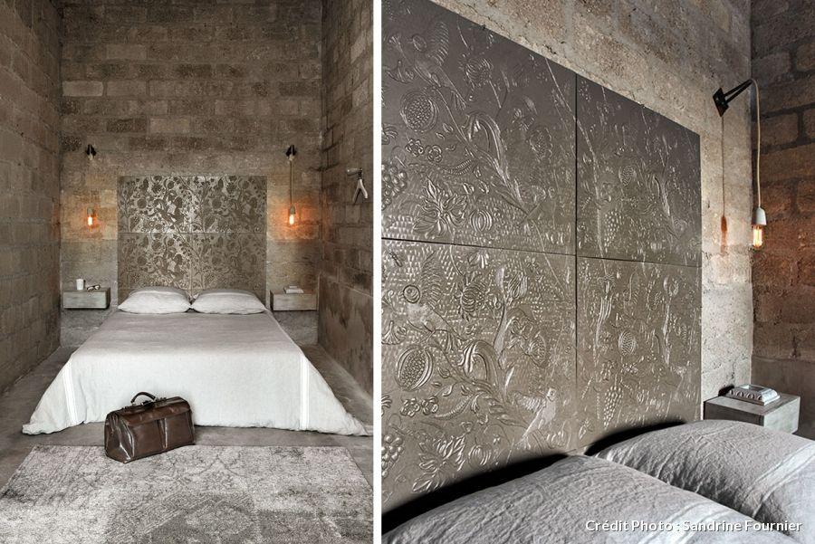 Une tête de lit et une table de chevet en béton
