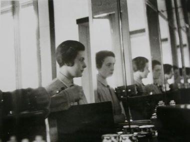 Badezimmerspiegel Bauhaus ~ Ise gropius self portrait in the bathroom mirror of her masters