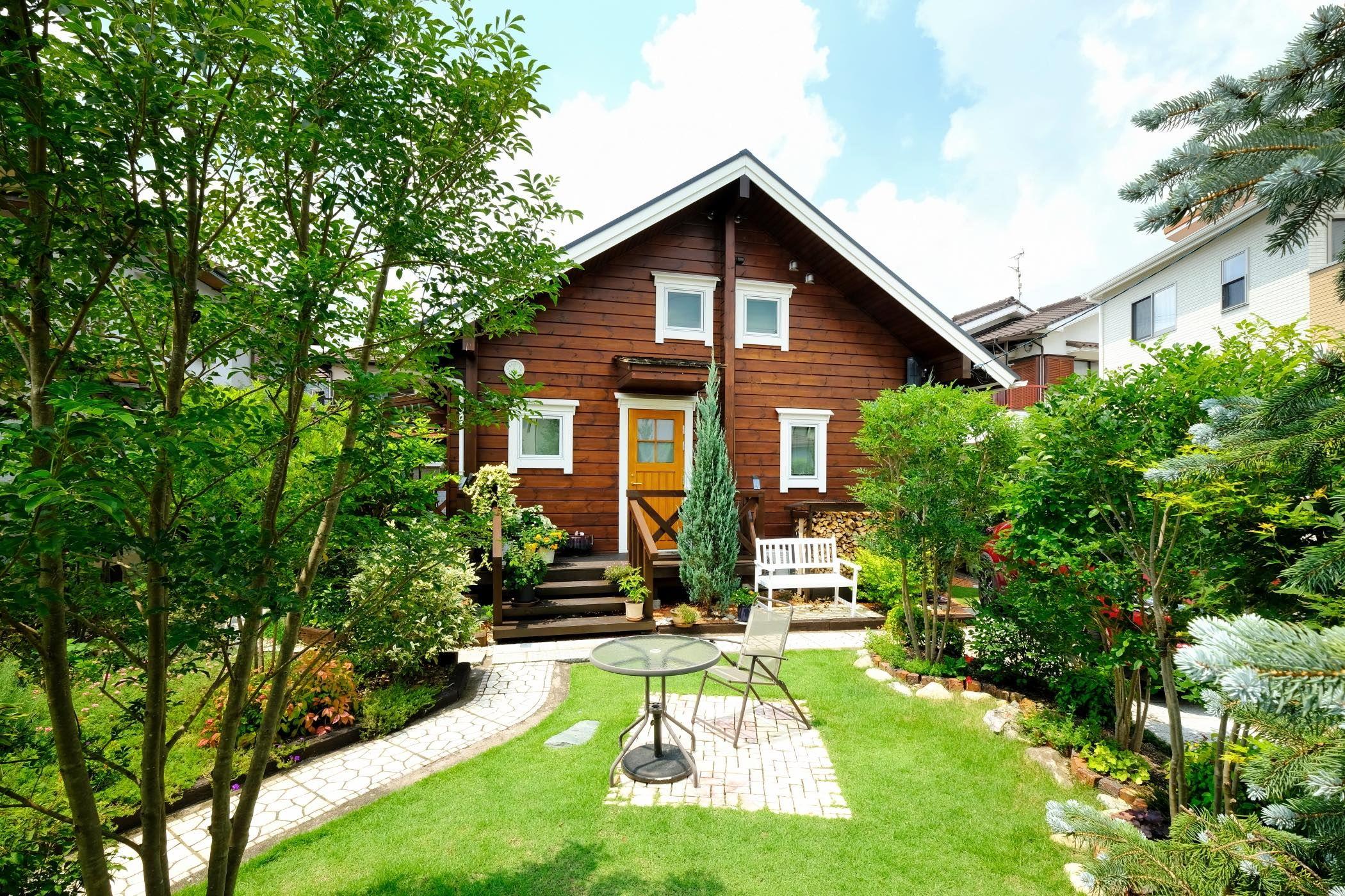 美しい自作のお庭を愛でる住宅街のログハウス ホームウェア 庭 エクステリア