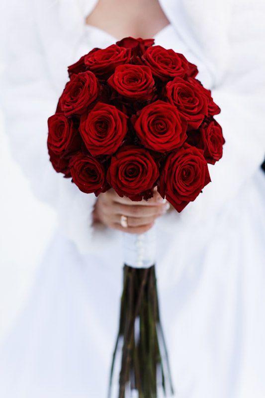 Ein Klassiker Brautstrauss Mit Roten Rosen A Classic A Bridal