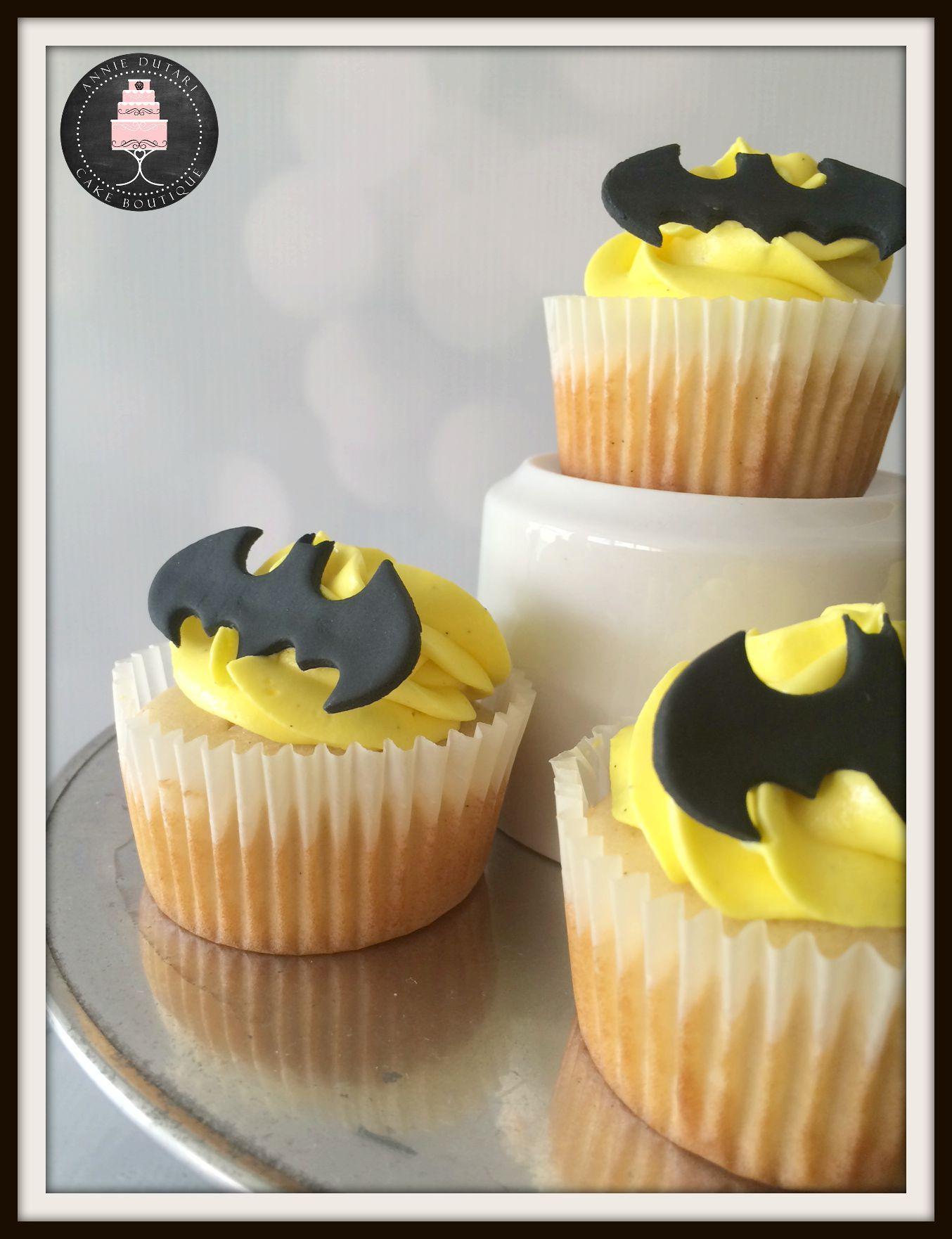 Batman vanilla cupcakes with fondant decoration, vanilla american buttercream and filled with mini M&M´s