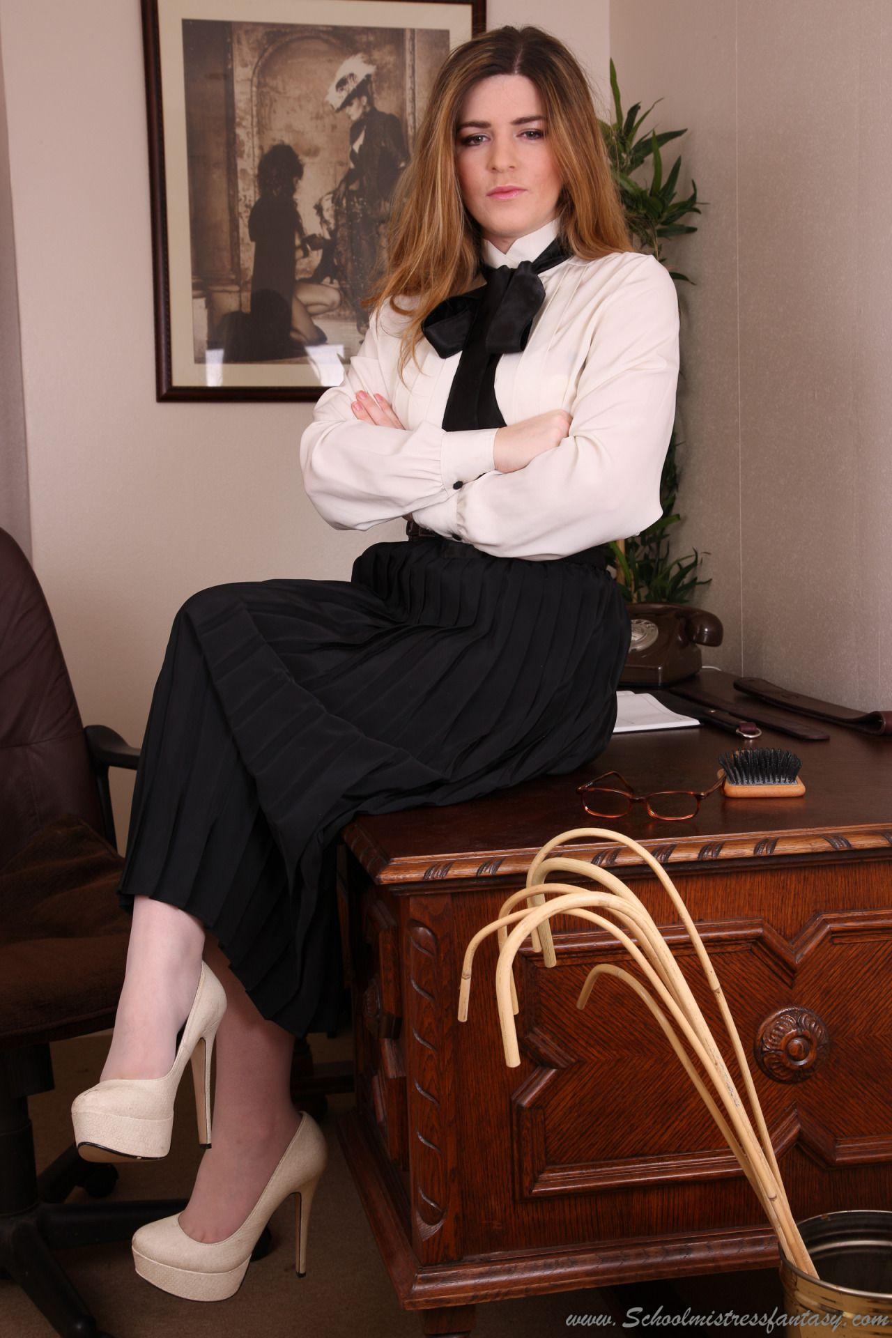 strict christian women - Google Search   Frau, Faltenrock