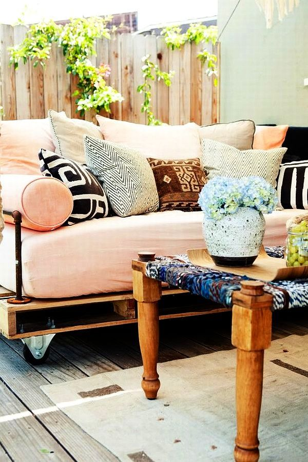 Here This Pallet Board Is Used As A Couch Frame For Outdoor Entertaining. Adding  Wheels