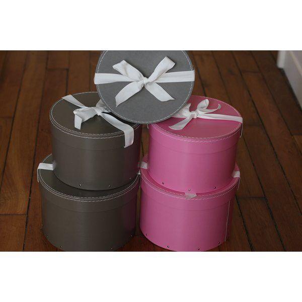 une collection de petites boites chapeaux pour mettre de l 39 ordre dans la chambre thisga. Black Bedroom Furniture Sets. Home Design Ideas