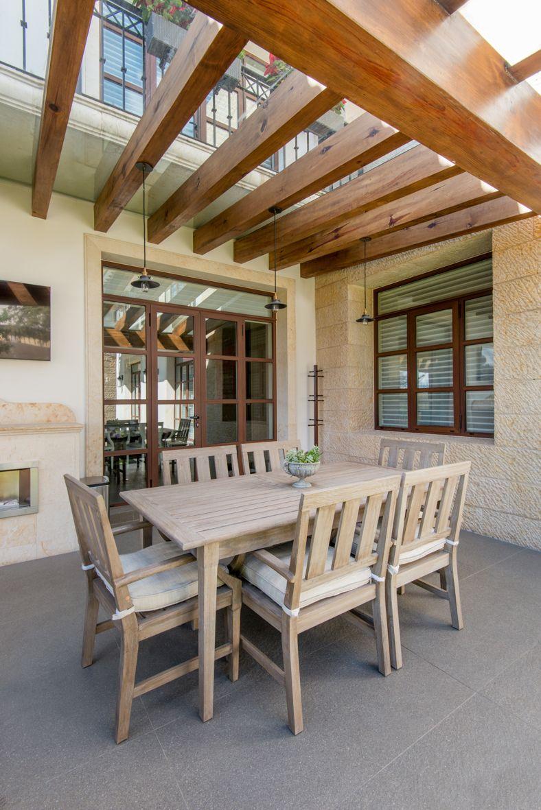 Ventanas y puertas de madera en el interior y aluminio imitación madera en el exterior.