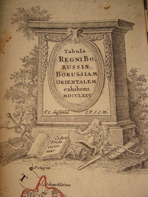 Magna mappa geographica Borussiae: Karte Westpreussen: BORUSSIAE OCCIDEN-TALIS TABULA a Franc. Ludov. Güssefeld editio emendatior. 1780 Ostpreussen: Tabula REGNIBO RUSSIAE, BORUSSIAM ORIENTALEM exhibens. MDCCLXXV. F.L. Güssefeld CP. s.c.m.; je Impensis Heeredum Homannianorum (Homanns Erben) und wunderschönen allegorischen Titelkartuschen - Codex Friderieanus; Kupferstich auf Bütten, handkoloriert; 91 cm x 58,5 cm, bis auf den Plattenrand beschnitten; Karten mittig zusammengeklebt;