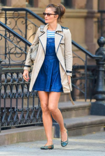 Helena Christensen looks cute in a blue jean dress and beige trench coat. This is a great weekend outfit.