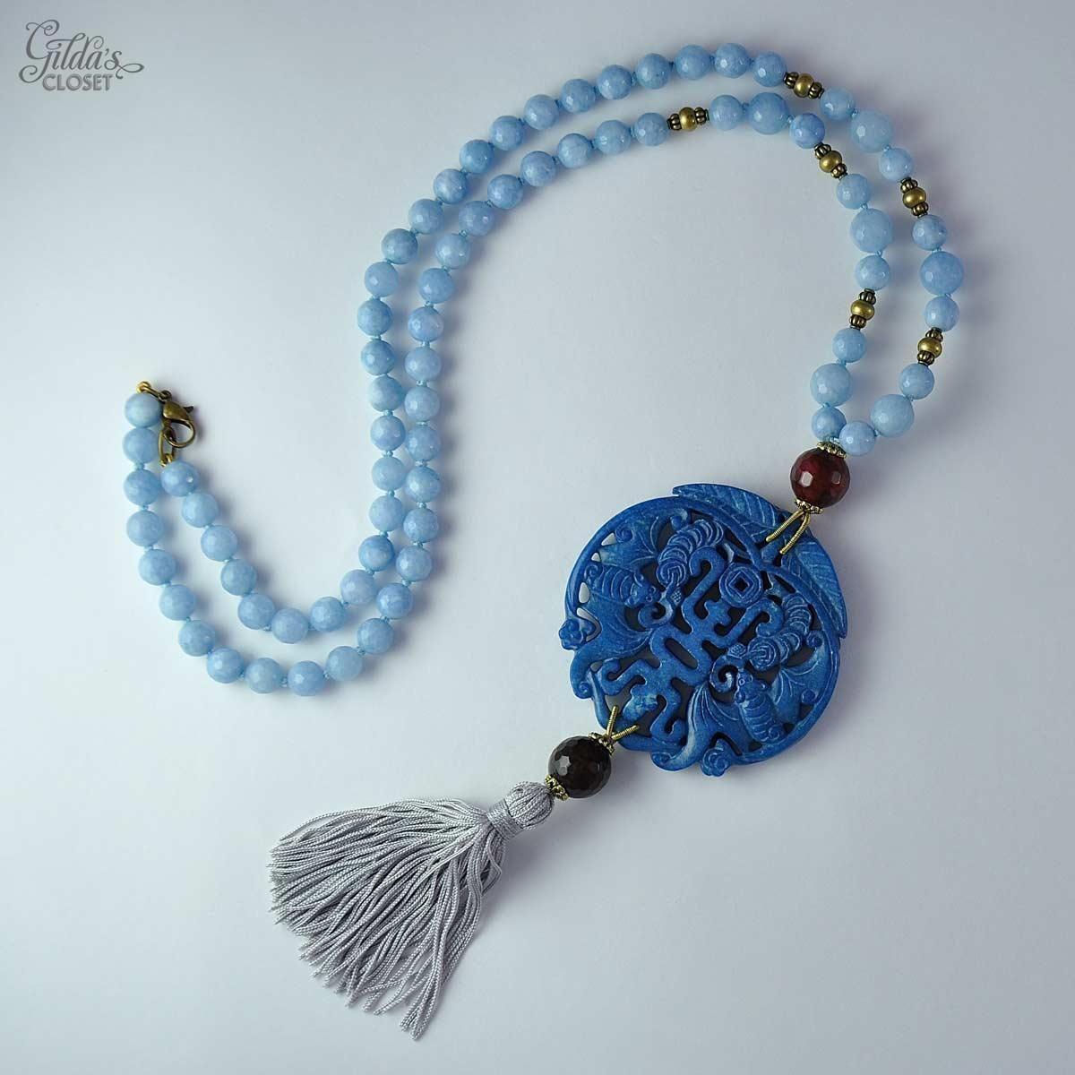 ab1a784a0560 Alta Bisutería. Collar largo diseñado por Carmen Alonso y realizado y  enfilado a mano. El tono del jade es azul y las piedras azules facetadas de  la cadena ...