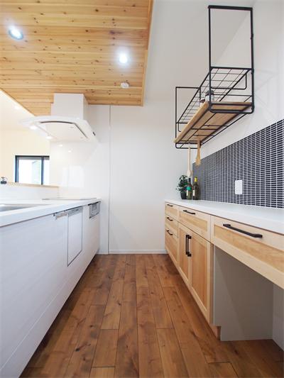キッチン タイル カップボード 食器棚 アイアン棚 天井羽目板 キッチンフード 羽目板キッチン キッチンフード アイアン 棚