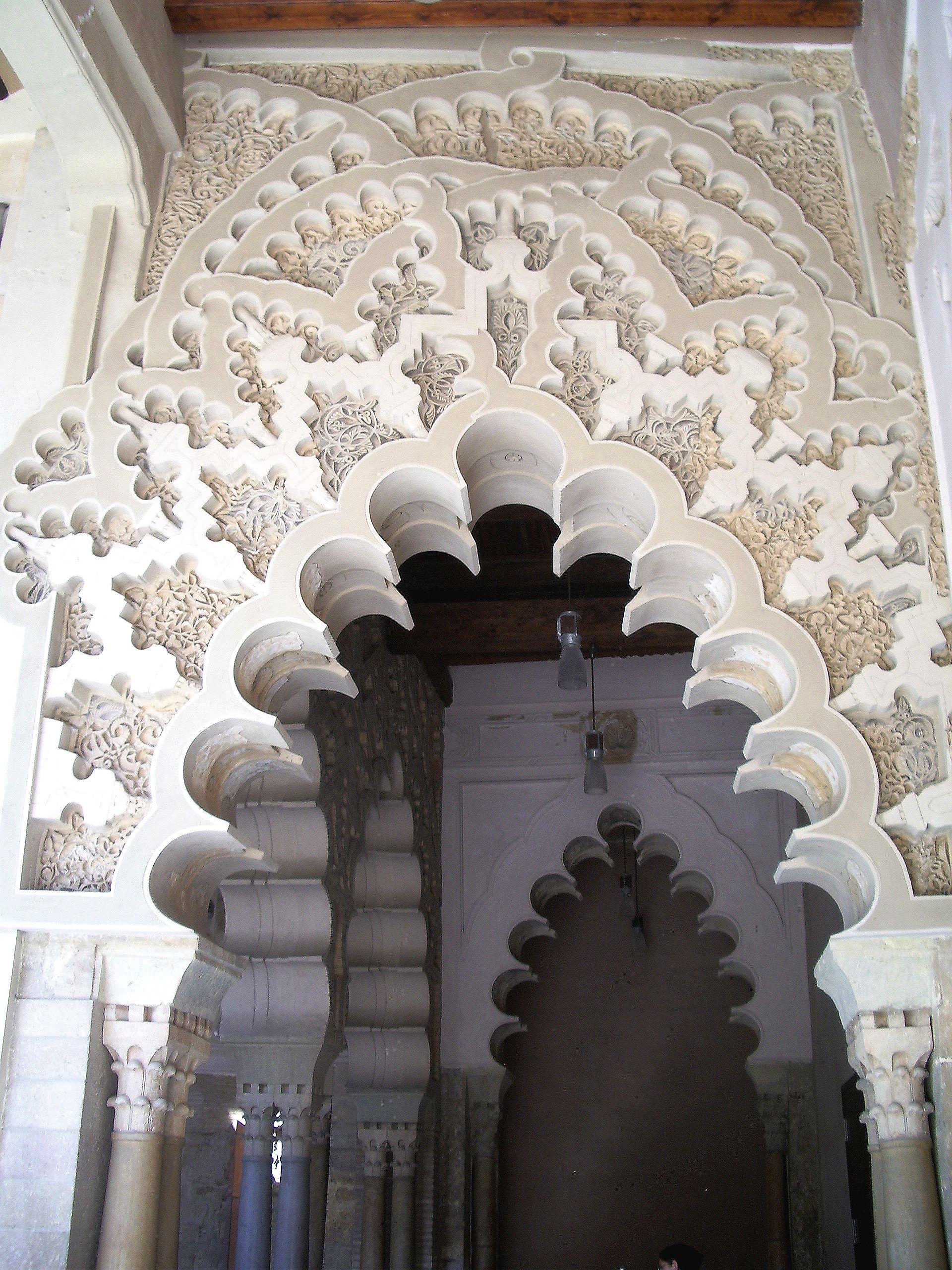 Aljafería de Zaragoza. Detalle del arco del pórtico de acceso al Salón Dorado.
