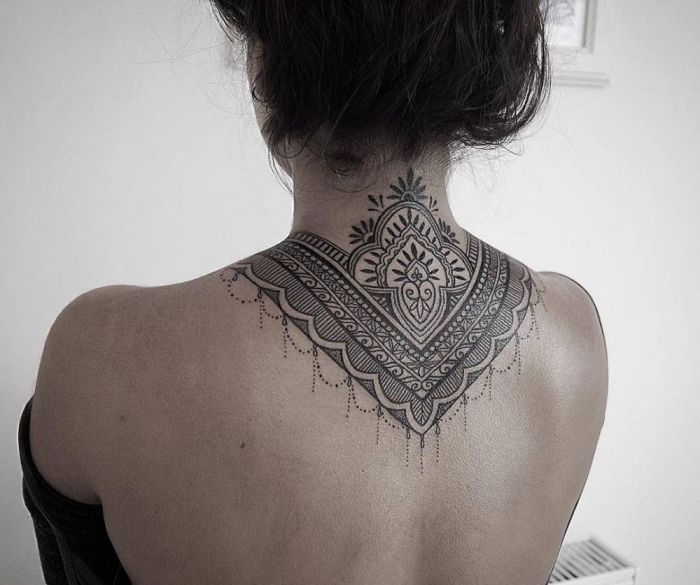 1001 id e pour choisir le meilleur tatouage ethnique beaux tatouages nuque et le dos. Black Bedroom Furniture Sets. Home Design Ideas