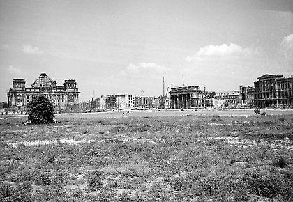 Grosser Tiergarten Sudostlicher Teil Links Reichstagsgebaude Mitte Brandenburger Tor Rechts Ehemalige Amerikanische Botschaf Historische Bilder Grosser Tiergarten Und Reichstagsgebaude