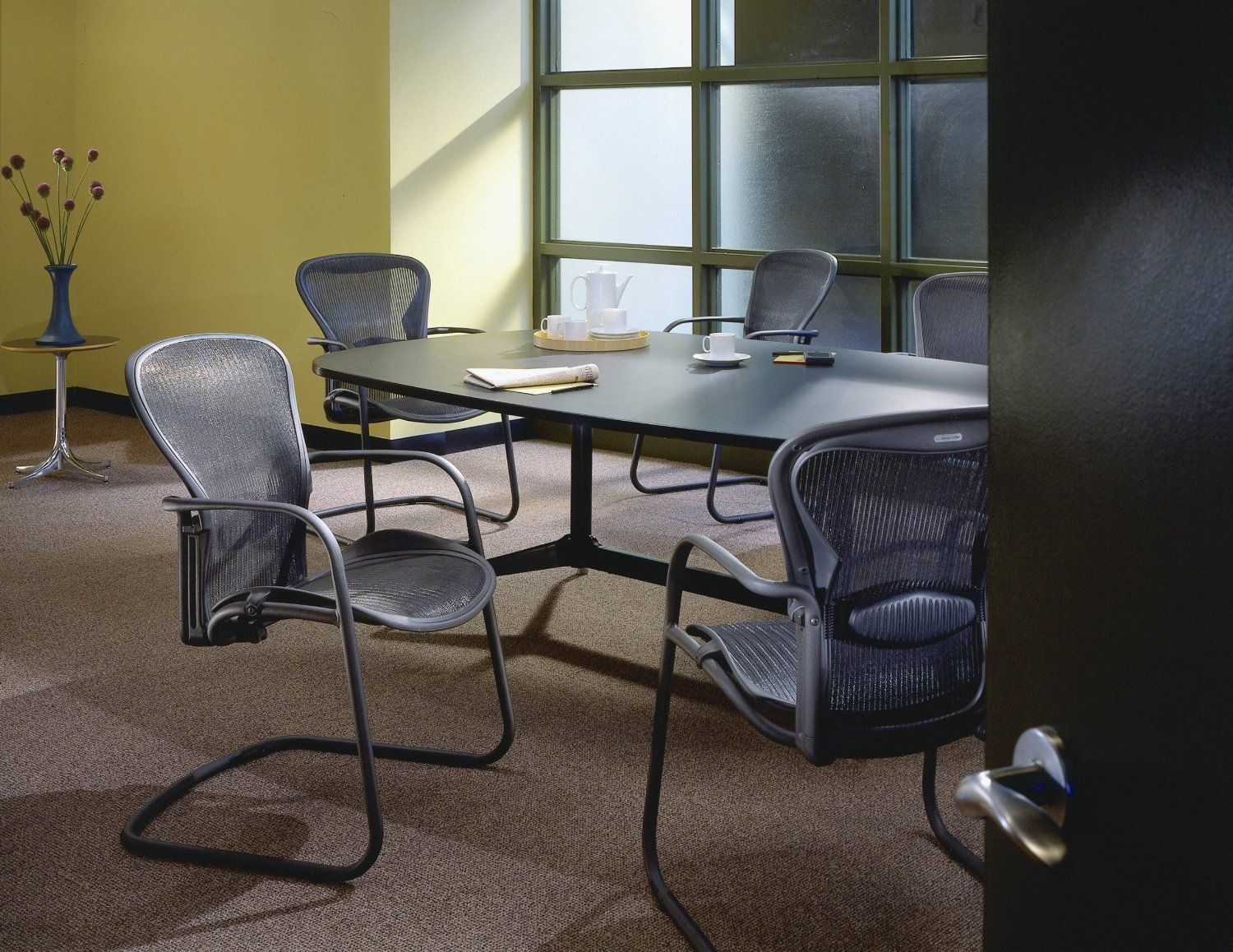 Aeron Side Chair A Perfect Seat For Visitors To Your Office Or Home Combines Ergonomi Dining Room Chairs Ikea Office Furnishing Leather Chaise Lounge Chair #small #side #chairs #for #living #room