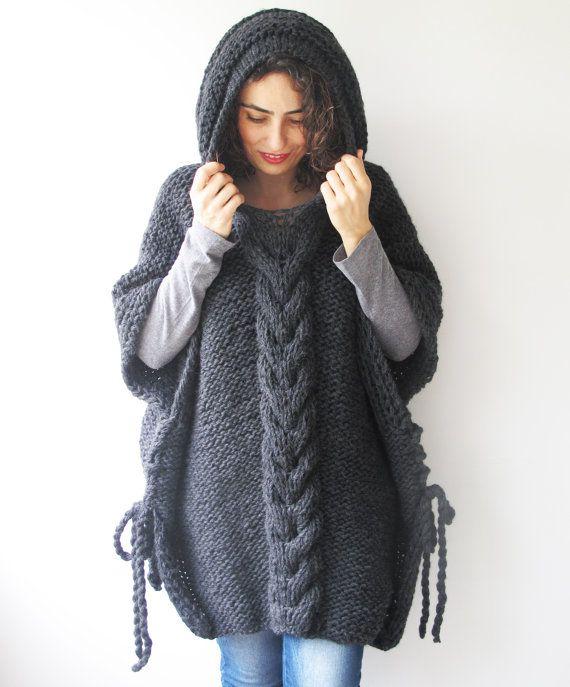 Este poncho es de mano con cable knit del patrón. Está hecho con ...