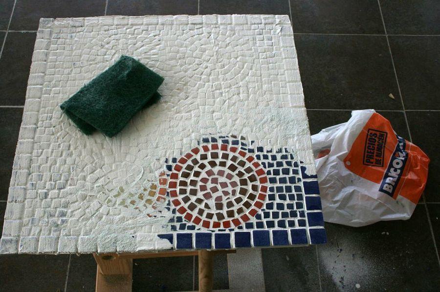 Una Mesa Decorada Con Efecto Mosaico Ideal Para Decorar El