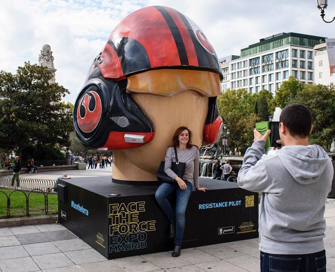 All those compliments about him being the Resistance's best pilot gave Poe Dameron a really big head. #FaceTheForce Madrid 2015 #StarWars #Fans by: @starwars