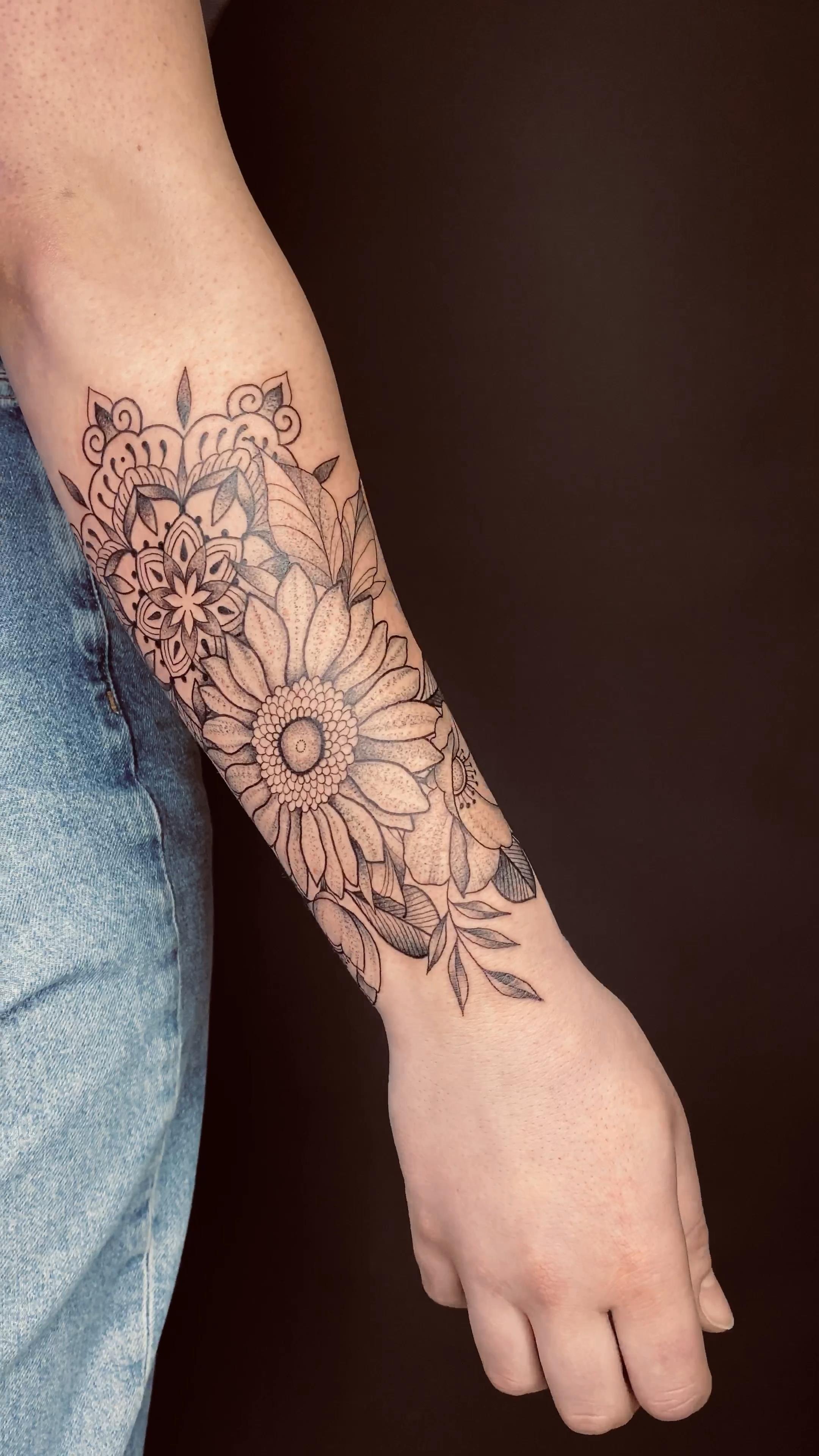Photo of Mandala meets Flowers 🌿- Tatowierungen mit Herz (@kit.sune.ink) • Instagram