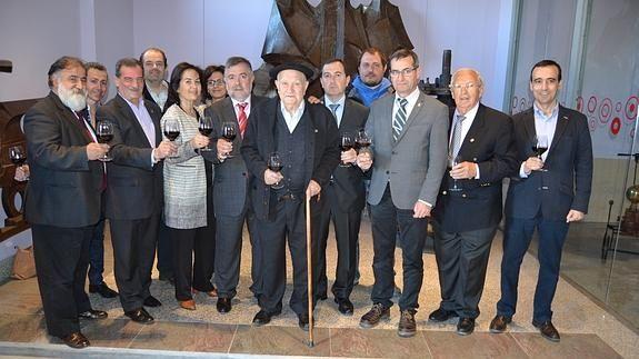 La familia Sanz (centro) brinda con asistentes a la inauguración de las instalaciones.