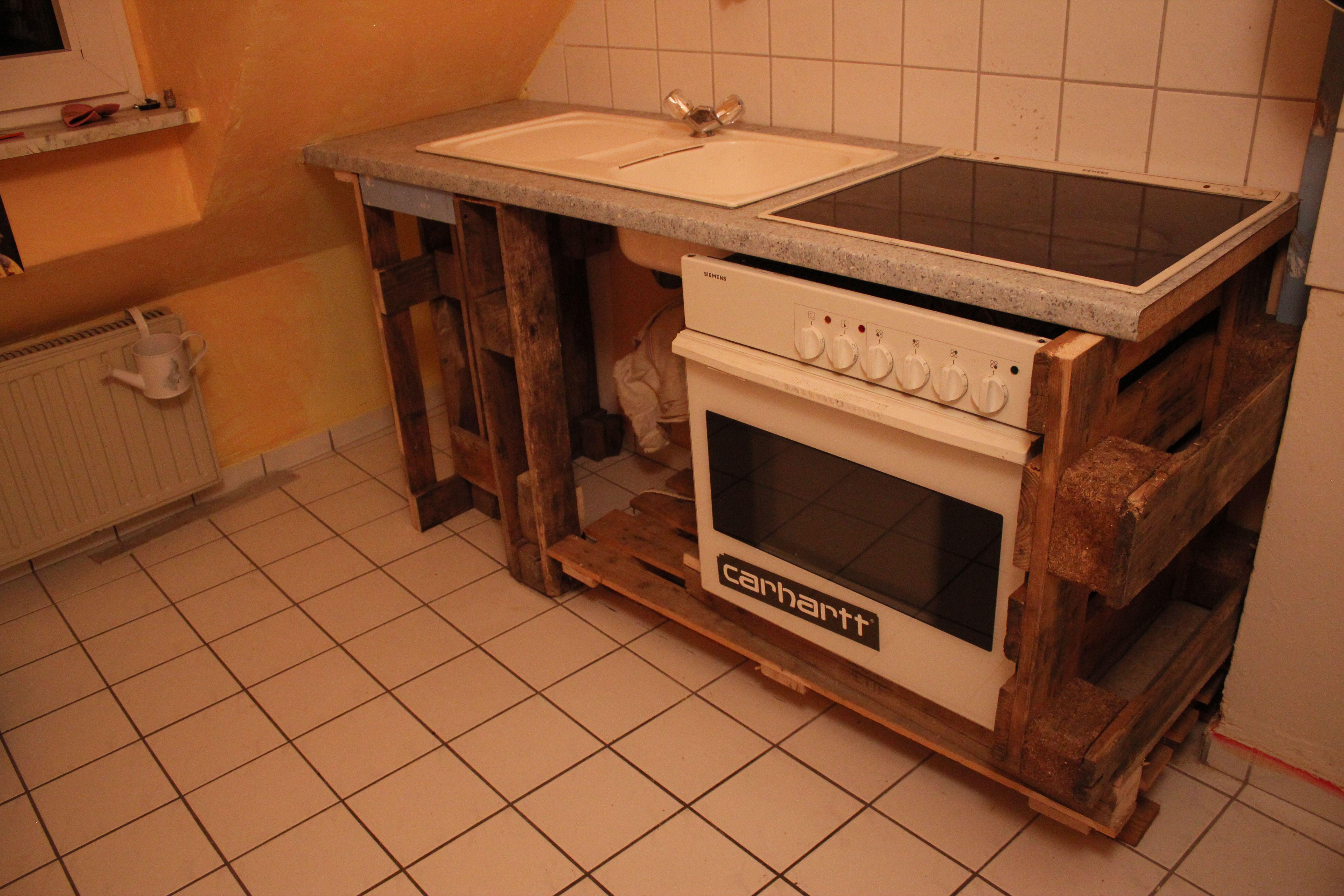 Küchen Unterbau mit gebrauchten Paletten.
