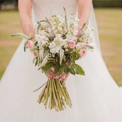 We examine the headless bride photography trend today. What do you think of it? (image via Bridal Musings)