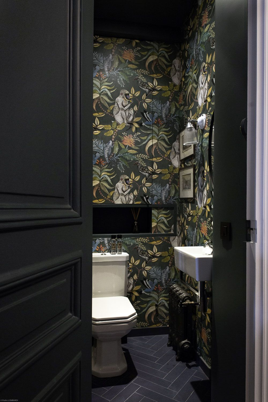 Photo of Des toilettes décorées avec un papier peint tropical #smalltoiletroom