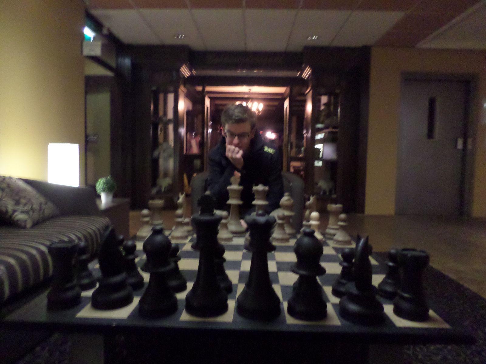 Concept 1 - illusies: Hier lijkt de jongen heel klein ten opzichte van het schaakspel.