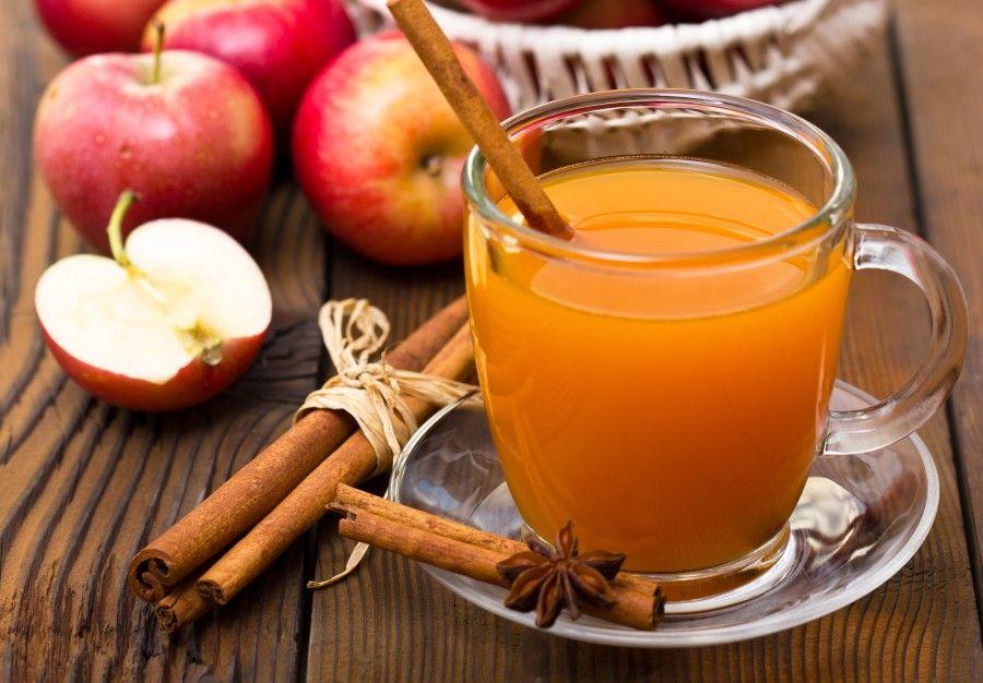 0,5 l jablkového džúsu klinčeky 2 drievka škorice vanilkový cukor trstinový cukor 10 g masla 1 dl rumu  Džús prehrejte so škoricou, vanilkovým cukrom a klinčekmi. Primiešajte trstinový cukor a v zmesi rozpustite maslo. Varte ešte chvíľu, aby sa chute prepojili. Pridajte rum, premiešajte a nechajte odstáť.