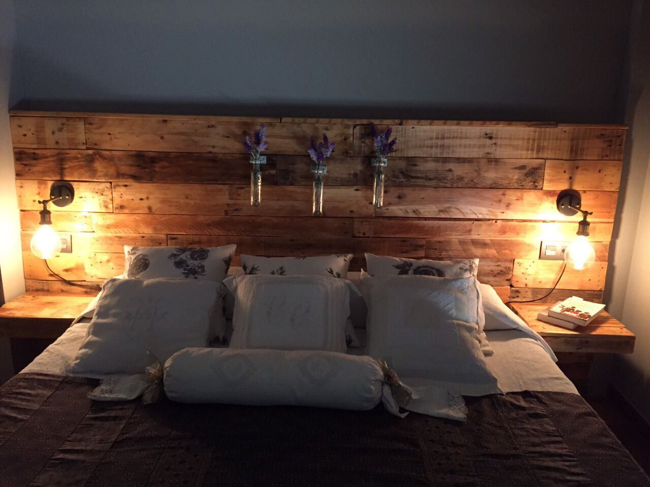 pallet headboard with lights home bedroom decor. Black Bedroom Furniture Sets. Home Design Ideas