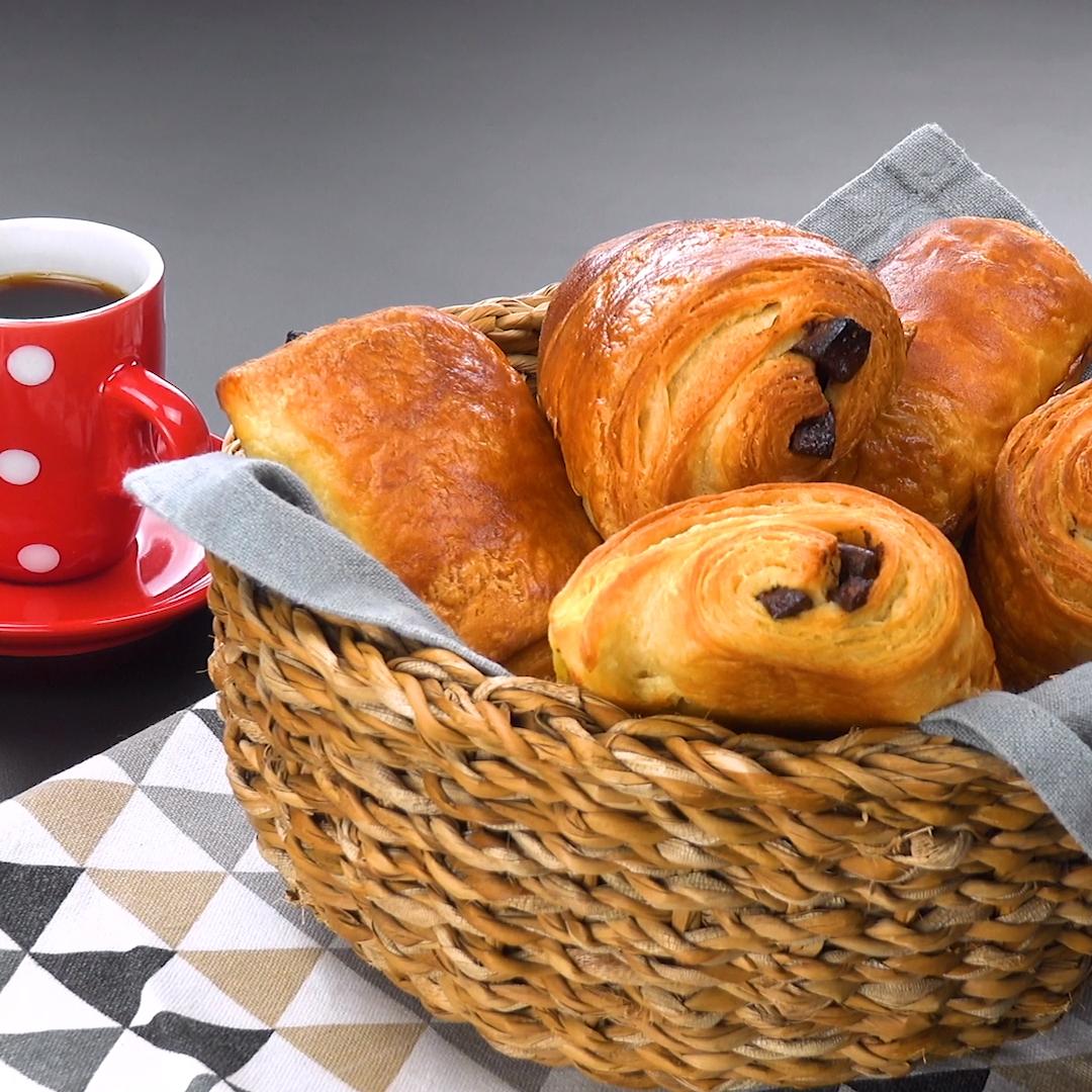 Die leckeren selbst gemachten Schokoladenbrötchen sind perfekt für ein gemütliches Frühstück oder den Brunch am Wochenende.  Zutaten & ausführliches Rezept: klick auf das Video!  #painauchocolat #schokobrötchen #frühstück