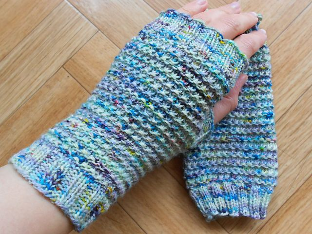 Speckled fingerless gloves pattern by Lea Bronnenkant