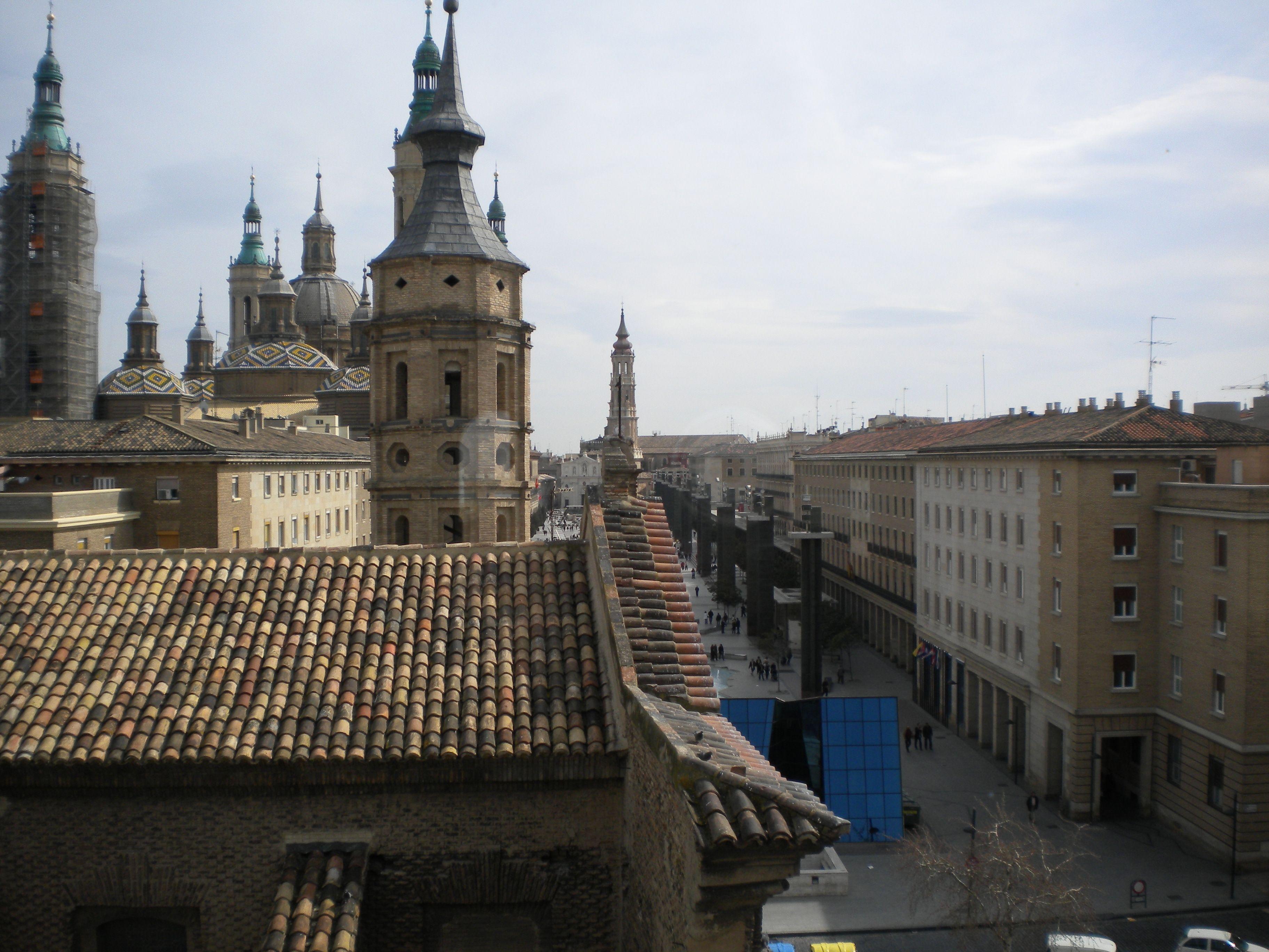El Torreon de la Zuda fue la sede de los gobernadores musulmanes de Zaragoza. Fue construido aprovechando uno de los torreones de la muralla romana. Después de la reconquista cristiana se convirtió en el palacio residencial de los reyes de Aragón, desde Alfonso I el Batallador a Jaime I el Conquistador.