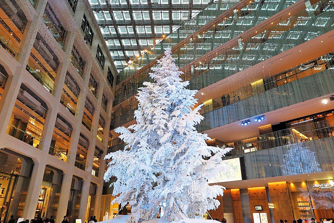 2015年12月21日(月)こんにちは。昨日の定休日は、新幹線に揺られて東京へ。いつもの会議や打ち合わせに追われて走り回るプランと異なり、今回は時間に余裕を持てたので有楽町から東京駅まで散歩。東京駅は「八重洲中央口」を利用することが多く、丸の内側を歩くのは何年ぶりだろう?東京駅の真横、旧東京中央郵便局敷地に建設された超高層ビル「JPタワー」に入ってみました。1階アトリウムには、屋内日本最大級のクリスマスツリー(約14.5m)が設置され、多くの人で賑わっていました。これ本物のモミの木だそうです。ライトアップまで見たかったのですがタイムアップ。とはいえ、良い気分転換になりました。人の多さに目が回りましたけど(笑)  それでは、今日も皆様にとって良い1日になりますように☆ 【加古川・藤井質店】http://www.pawn-fujii.jp/