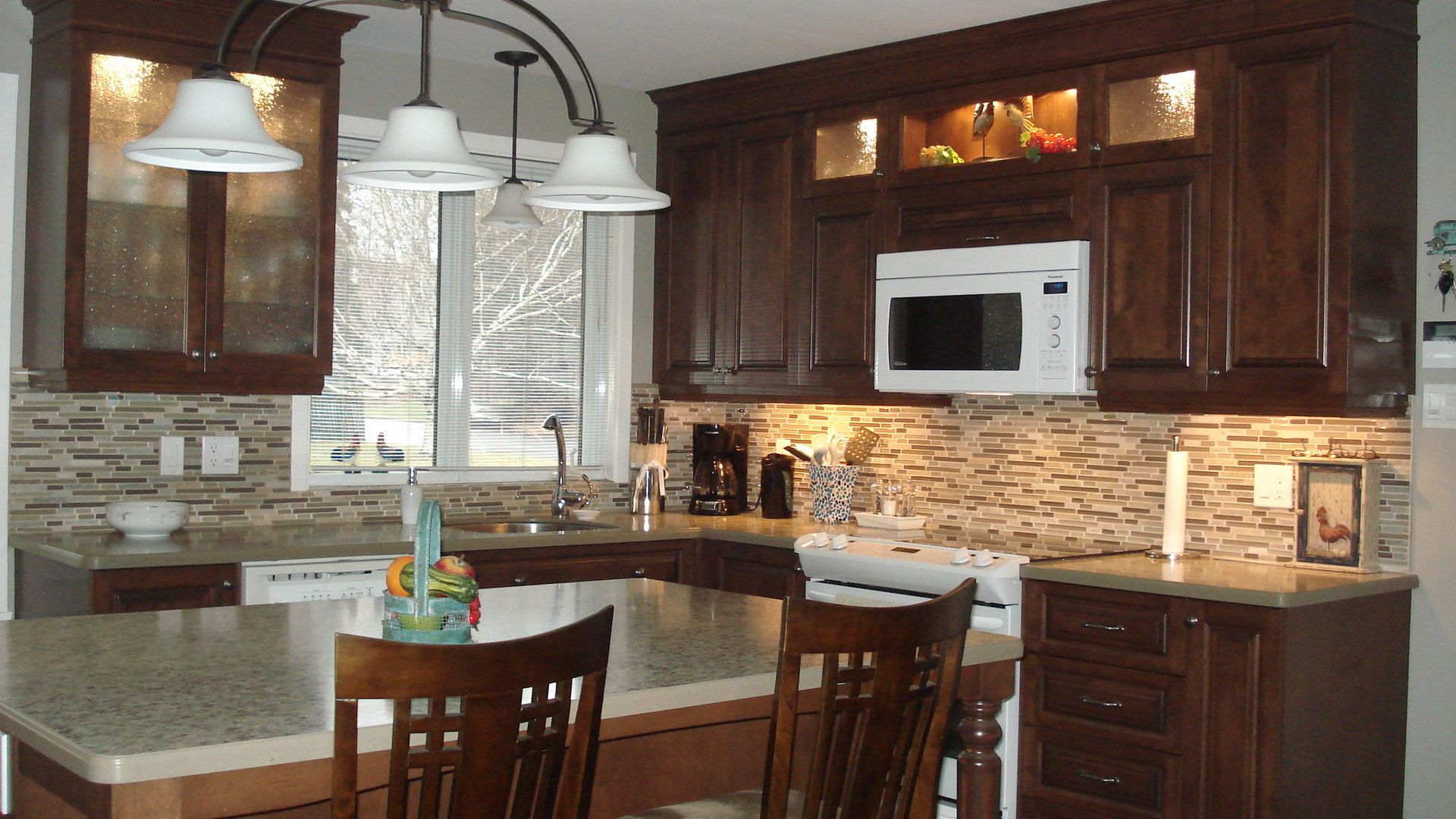 cuisine classique en merisier massif avec comptoir de stratifi designer karine poitras. Black Bedroom Furniture Sets. Home Design Ideas