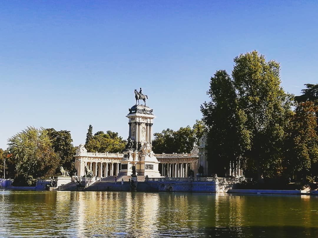 Parquedelretiro Madrid España Parco Garden Jardin Greenzone Nature Vasca Lago Citylife Beautifulplace Worldcorner Wonderlust Travel Ilovet Garden