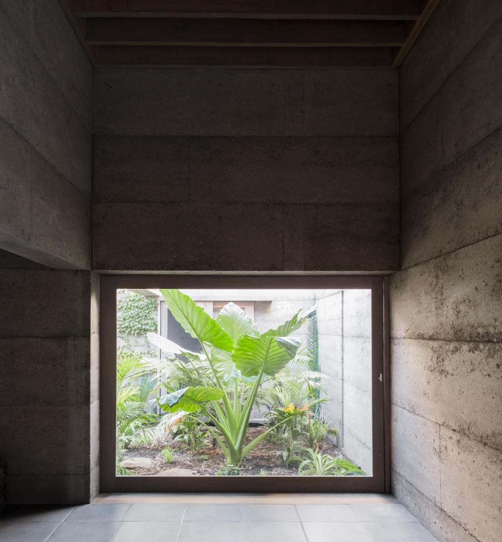 Morq S Rammed Concrete Cloister House Hides Lush Internal Courtyard Internal Courtyard Australian Architecture Architecture