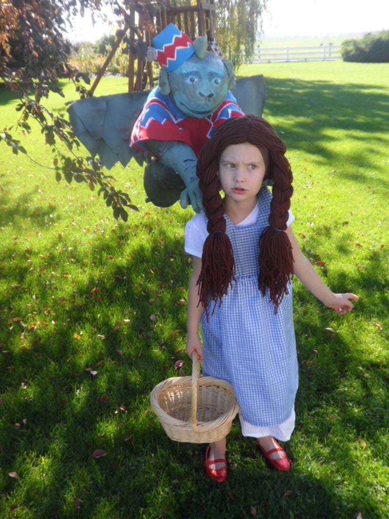 DORTHY WITH MONKEY COSTUME Flying monkey costume, Monkey costumes - Wizard Of Oz Halloween Decorations