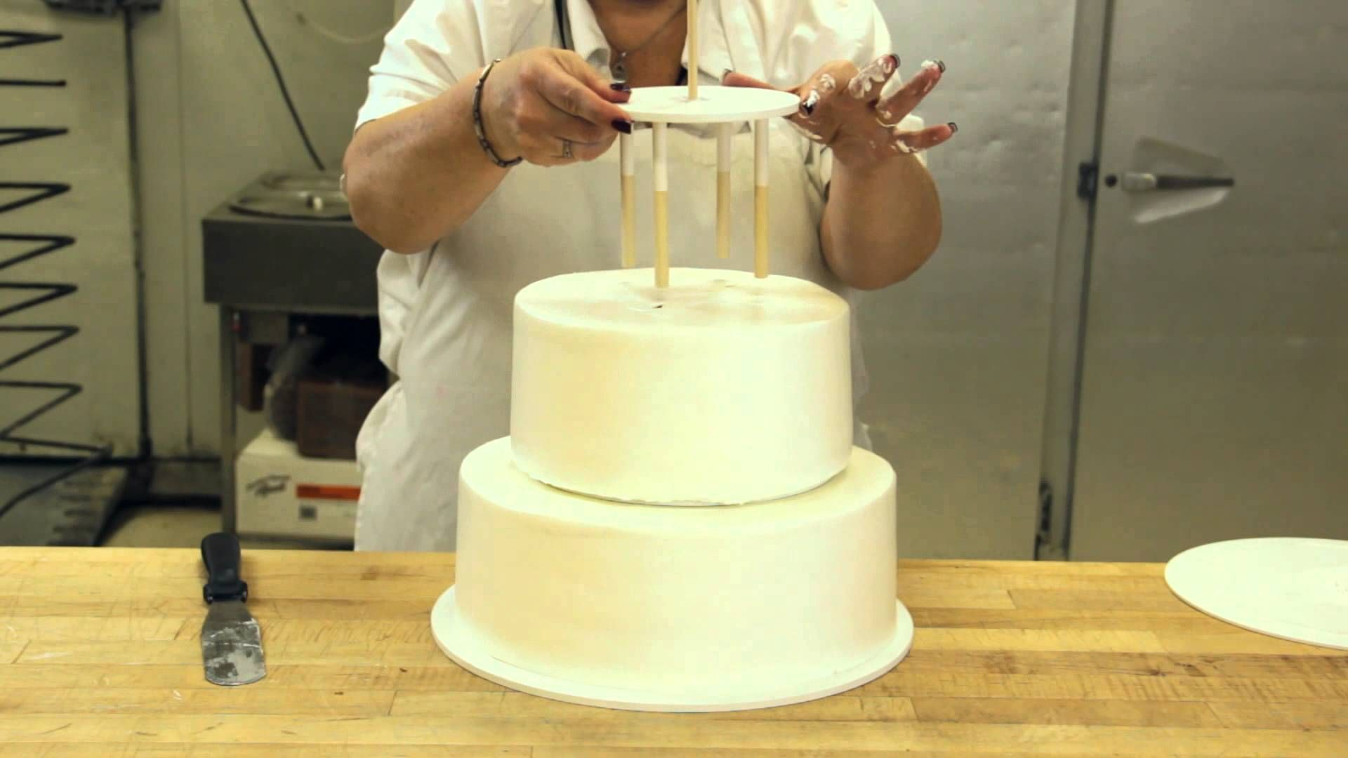 How To Assemble A Stacked Cake Using Cake Support Solutions How To Make Wedding Cake Stacking A Wedding Cake Wedding Cake Recipe