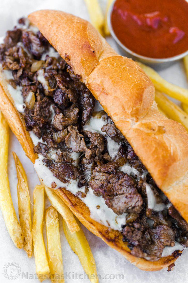 Philly Cheesesteak S Nezhnym Stejkom Ribaj Rastoplennym Provolone I Karamelizirovannym Lukom V Chesnoch In 2020 Philly Cheese Steak Recipe Cheesesteak Cheesesteak Recipe