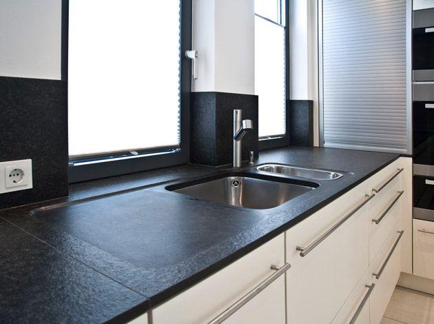 k chenarbeitsplatte aus nero assoluto oberfl che geflammt und geb rstet mit unterbau sp le und. Black Bedroom Furniture Sets. Home Design Ideas