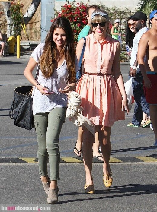Love Taylor Swift's outfit : )